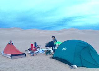 砂漠でテントを張る