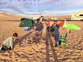 砂漠でキャンプ